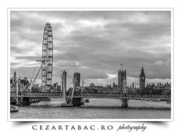 Raul Thames  de pe unul din podurile din Londra