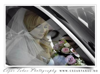 Mireasa, reflexii prin geamul de la masina